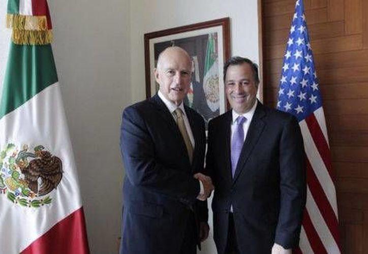 El gobernador de California, Jerry Brown (i), con el secretario de Relaciones Exteriores, José Antonio Meade. (Foto tomada de @SRE_mx))
