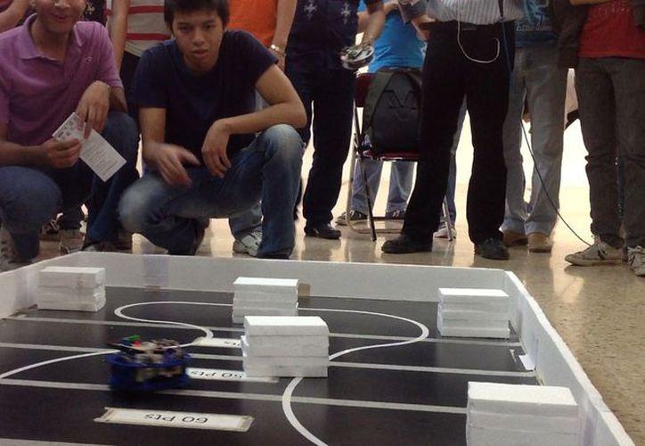 La carrera de robots en el Instituto Tecnológico de Mérida. (David Pompeyo/SIPSE)