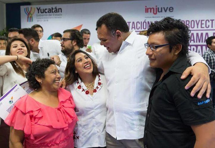 El gobernador Rolando Zapata Bello saluda a un grupo de jóvenes durante la reunión de ayer.