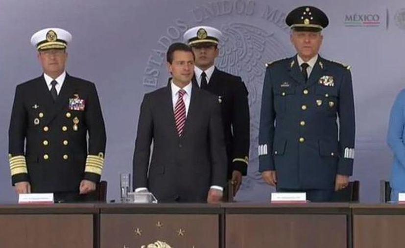 Peña Nieto durante la entrega de menciones honoríficas a unidades de la Armada, Ejército y Fuerza Aérea. (@PresidenciaMX)