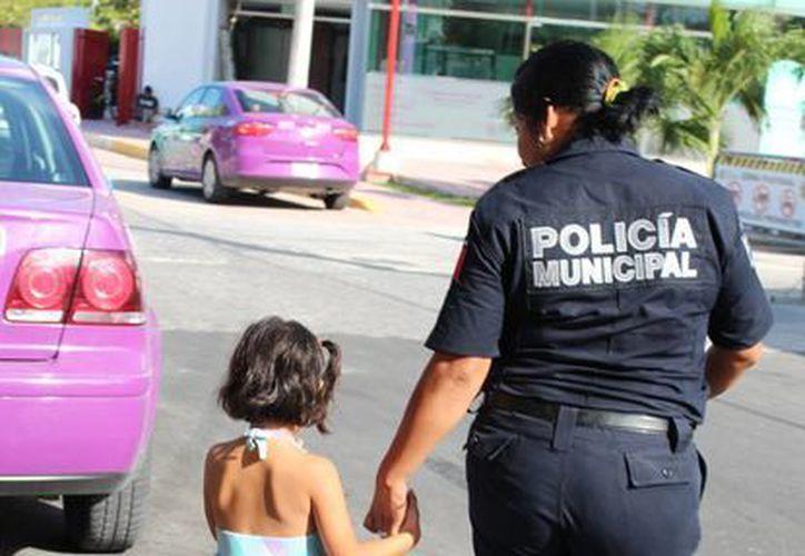 Iveth Mendoza, una de las tantas madres policías,  al salir de casa espera poder regresar a cuidar de su pequeña.  (Yesenia Barradas/SIPSE)