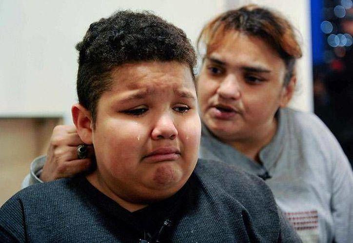 Seth Acevedo, de 9 años, con su madre Janeth Ramos. (New York Daily News)