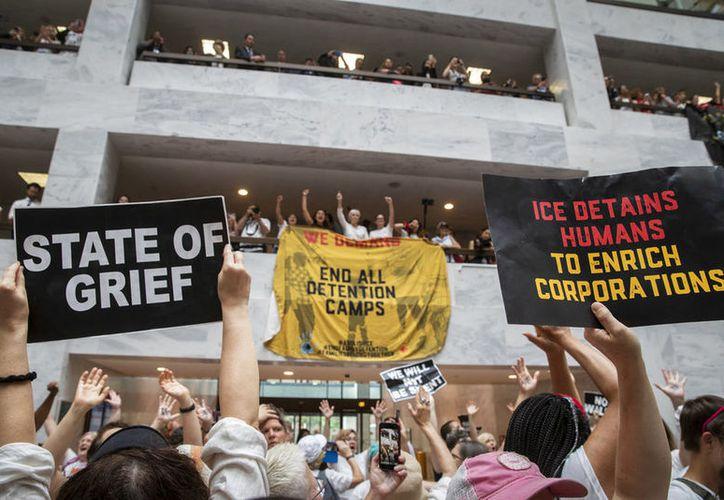 Las protestas son contra el trato a las familias migrantes. (vanguardia.com)