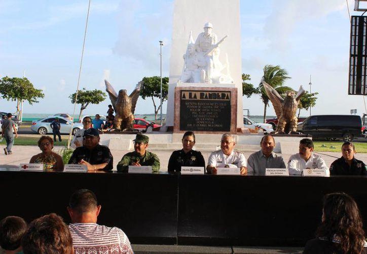 Los presentes tuvieron la oportunidad de interactuar con elementos de los cuerpos policiacos federales, estatales y municipales. (Ángel Castilla/SIPSE)
