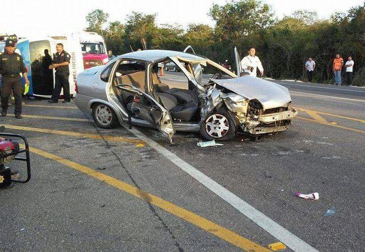 Así quedó el Chevy después de chocar contra una camioneta de transporte colectivo en la vía Mérida Celestún.