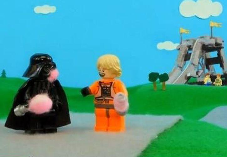 Luke y su padre, enemigos en la legendaria película, pasan un buen día en el concepto Lego. (Agencias)