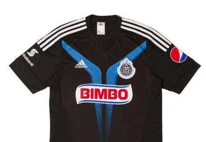 Uno de los cambios más radicales en el nuevo uniforme de Chivas es que su escudo es blanco y negro. (Chivas.com)