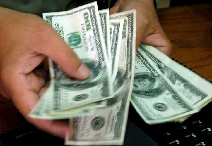 En Mérida, el billete verde se compró a 12.23 pesos y se vendió en 12.73 pesos. (Archivo/EFE)
