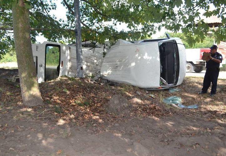 Una camioneta turística terminó volcada; el chofer y tres turistas resultaron lesionados. (Redacción/SIPSE)