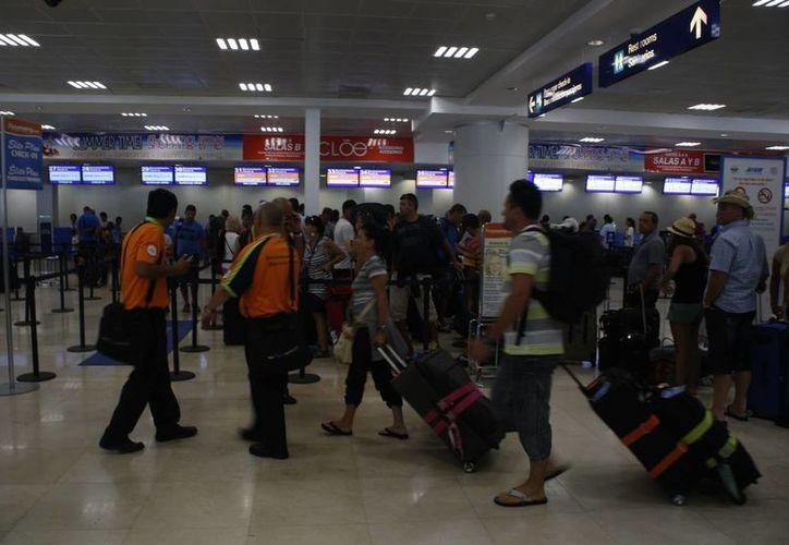 En julio pasado llegaron un millón 47 mil 31 extranjeros al Aeropuerto Internacional de Cancún. (Israel Leal/SIPSE)