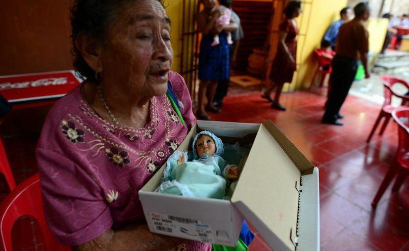 Una feligrés acudió para que su Niño Dios fuera bendecido. (Luis Pérez/SIPSE)