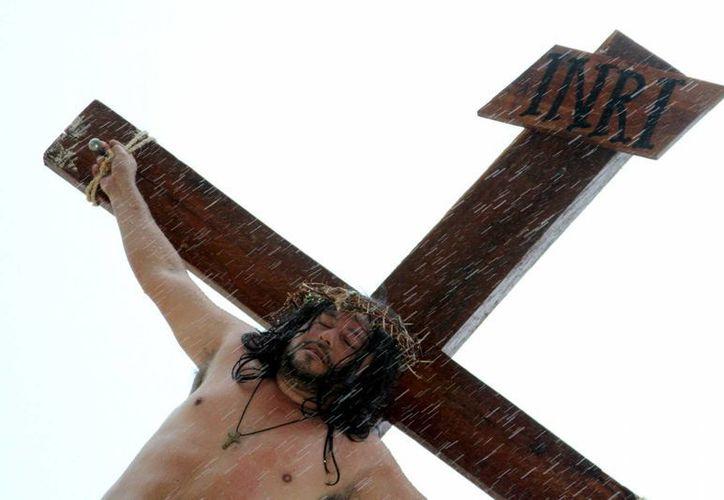Ayer cientos de fieles católicos siguieron los diversos Viacrucis que se realizaron en parroquias de la Riviera Maya. En la imagen, Antonio Estrella, en el papel de Jesús.   (Adrián Monroy/SIPSE)