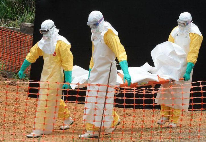 Tres países africanos buscan reducir el número de muertos por el ébola, cambiando costumbres y patrones de educación. (AP)