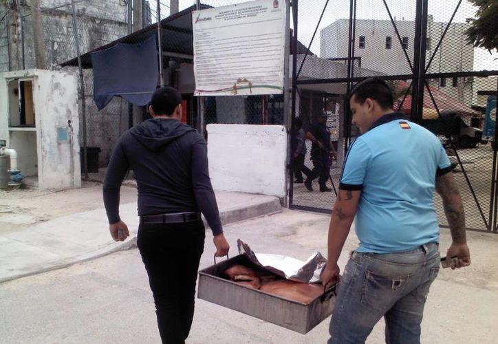 Los internos hicieron una cooperación para preparar la comida. (Redacción/SIPSE)