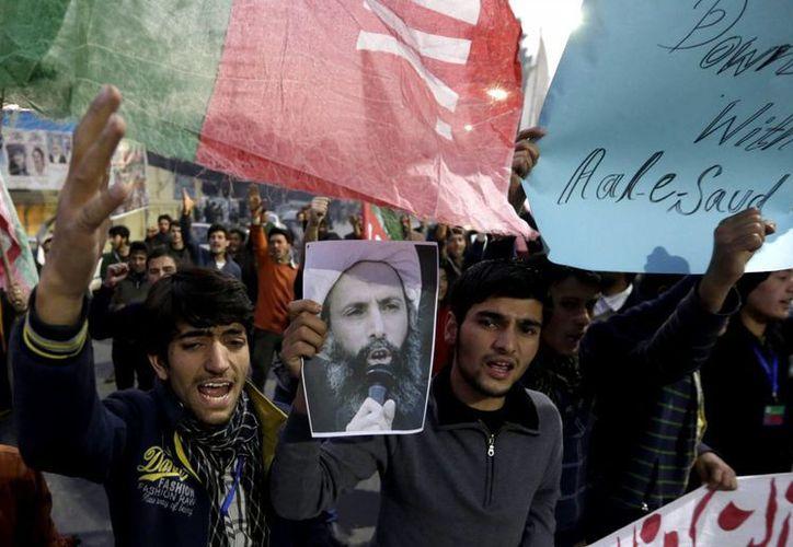 Paquistaníes musulmanes chiítas protestan contra la ejecución del clérigo chií Nimr al- Nimr, en Lahore, Pakistán. (EFE)