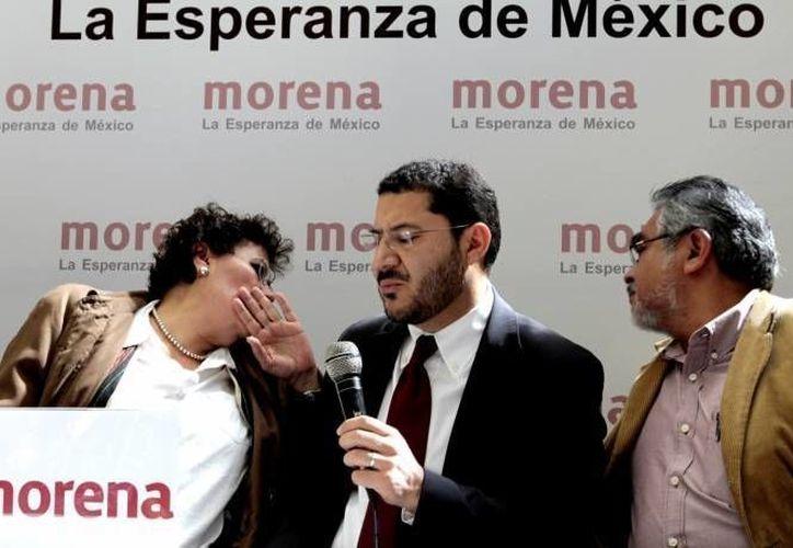 Martí Batres (c), dirigente de Morena, entregó la solicitud de este organismo para ser partido político nacional. (Notimex/Archivo)