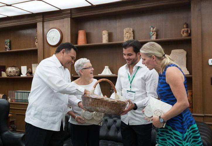 El Gobernador de Yucatán departe con  Rafael Pacchiano Alamán, titular de Semarnat, así como con Ginna McCarthy y  Catherine McKenna, representantes ambientales de Canadá y Estados Unidos. (Fotos cortesía del Gobierno estatal)