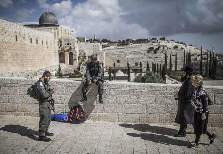 Policías vigilan los alrededores del complejo Al-Aqsa, cerrado por primera vez desde la segunda intifada, en Jerusalén, Israel. (EFE)
