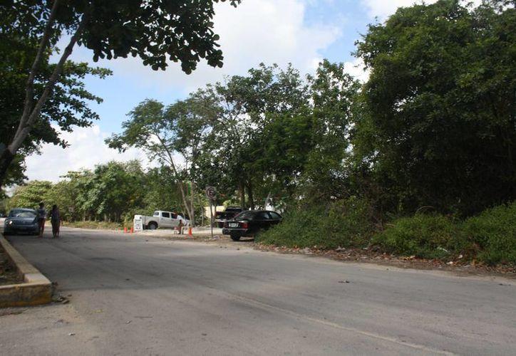 Los estacionamientos irregulares los manejan los comisionistas de los módulos de información turística de la entrada. (Sara Cauich/SIPSE)