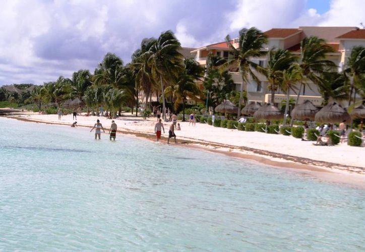 Los habitantes de Puerto Aventuras no tienen libre acceso a las playas del destino turístico del mismo nombre. (Octavio Martínez/SIPSE)