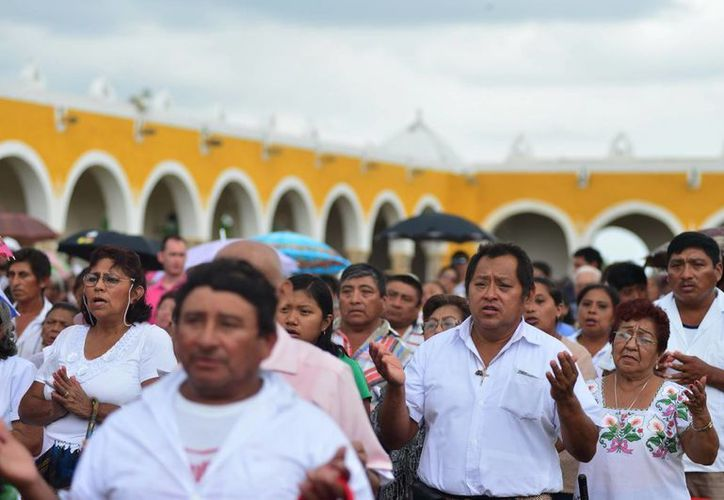 Muchos feligreses recordaron la visita de San Juan Pablo II a Izamal en 1993. (Luis Pérez/SIPSE)