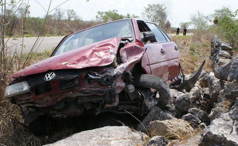 El vehículo accidentado en la carretera Dzilam González- Xbec. (SIPSE)