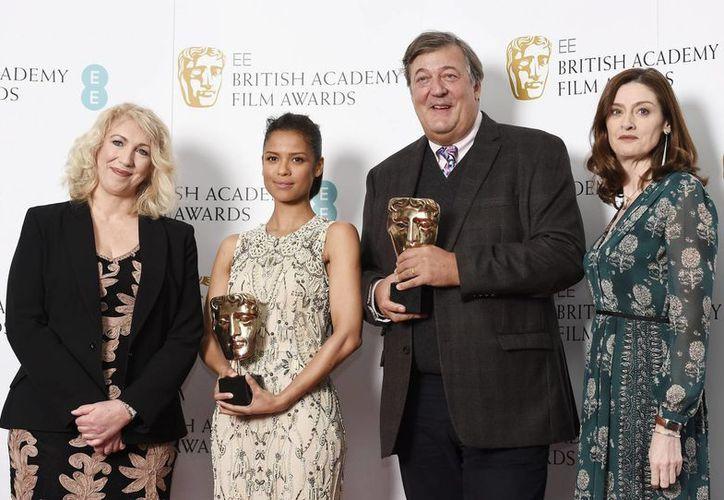 La actriz británica Gugu Mbatha-Raw (segunda izq), el actor británico Stephen Fry (segunda der), Anne Morrison (izq) y Amanda Berry (der), ambas de la Academia Británica de cine, posan durante la presentaciones de las nominaciones a los premios Bafta en el teatro Princess Anne en Londres, Reino Unido. (EFE)