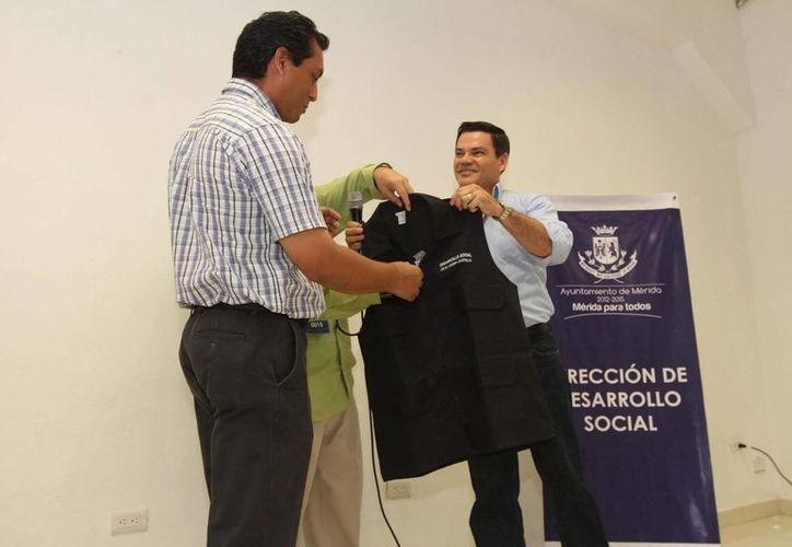 Salvador Vitelli Macías (d) entregó la estafeta a Julio Sauma Castillo en la Dirección de Desarrollo Social del Ayuntamiento. (SIPSE)