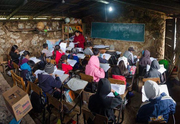 La OCDE dio a conocer que en México hay más del doble de estudiantes que el promedio del organismo internacional. En la imagen, una escuela primaria en la sierra Mixe de Oaxaca. (Archivo/Notimex)