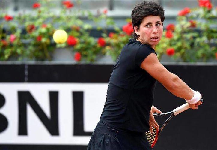 La tenista española Carla Suárez devuelve la bola a la checa Petra Kvitova, durante el partido de cuartos de final del torneo de Roma (EFE)