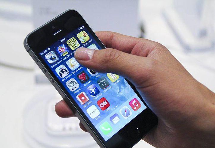 La pantalla táctil de teléfonos inteligentes puede contener hasta 600 tipos de bacterias diferentes. (Contexto/Internet)