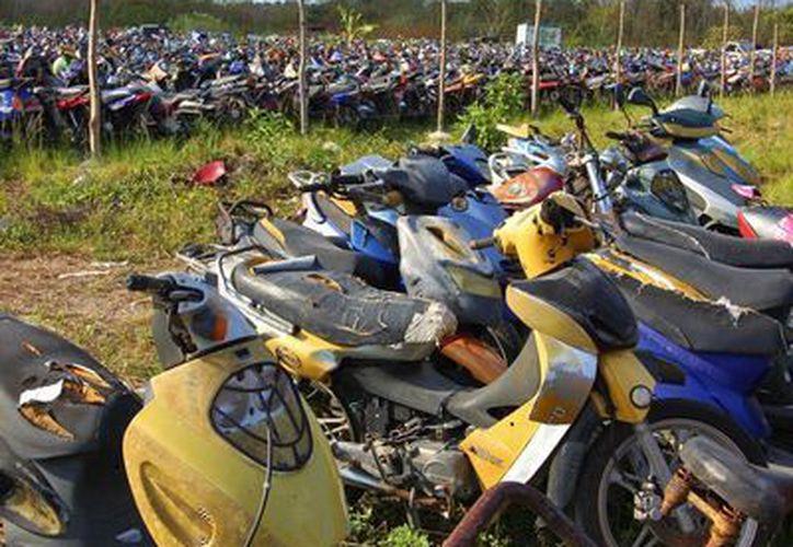 Cerca de dos mil motocicletas están abandonadas en el corralón, algunas desde el 2009. (Gustavo Villegas/SIPSE)
