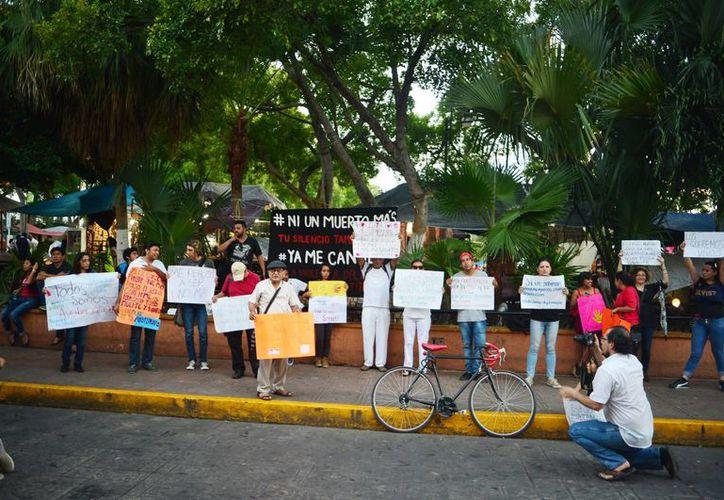 Grupos de ciudadanos piden esclarecer el caso Ayotzinapa. Imagen de los manifestantes en la Plaza Grande. (Milenio Novedades)