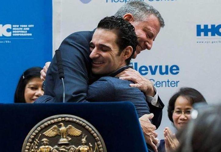 Craig Spencer abraza al alcalde Bill de Blasio durante la conferencia de prensa que ofrecieron tras la salida del hospital de Spencer. (Reuters)