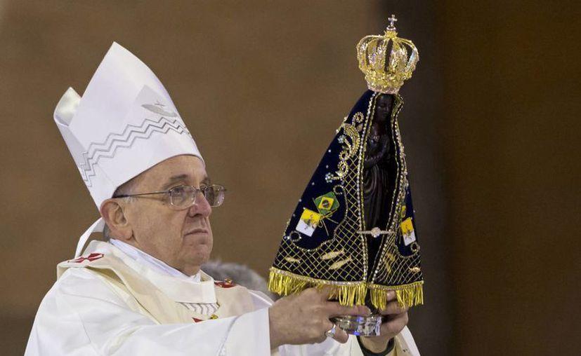 El Papa recorrió un ala del Hospital San Francisco de Asís, donde drogadictos reciben atención especial. (Agencias)
