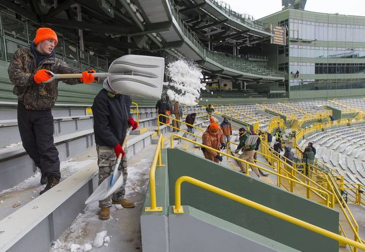 Un trabajador del Lambeau Field de Green Bay, quita la nieve de las butacas para el encuentro de este domingo ante San Francsico. (Foto: Agencias)