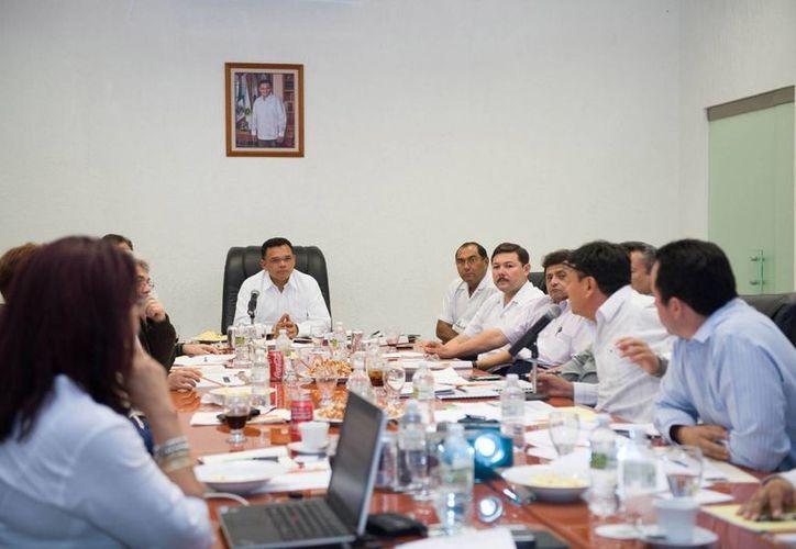 El gobernador Rolando Zapata Bello en reunión de gabinete del sector educativo. (SIPSE)