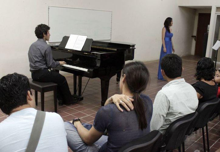 """""""Ecos de un Mundo Invisible"""", a cargo del pianista Luis García Osorio y de la soprano Adriana Rosado Bautista, quienes deleitaron a los asistentes. (Jorge Carrillo/SIPSE)"""