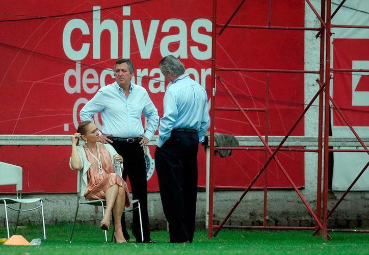 El empresario Jorge Vergara (de frente) y su ex Angélica Fuentes mantienen una disputa legal por propiedades. Según el abogado del empresario, la empresaria ya está fuera totalmente del Grupo Omnilife y del Club Deportivo Guadalajara. (Archivo/Jammedia)