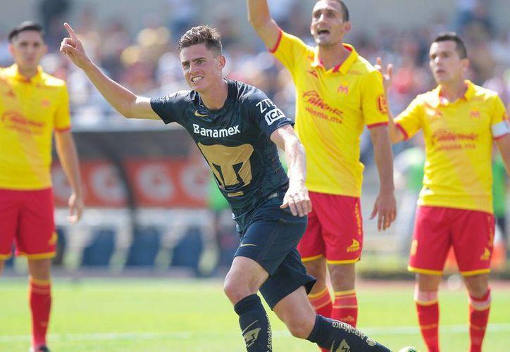 Santiago Palacios celebra el gol con el que Pumas rescató el empate ante Monarcas este domingo, en Ciudad Universitaria. (Notimex)