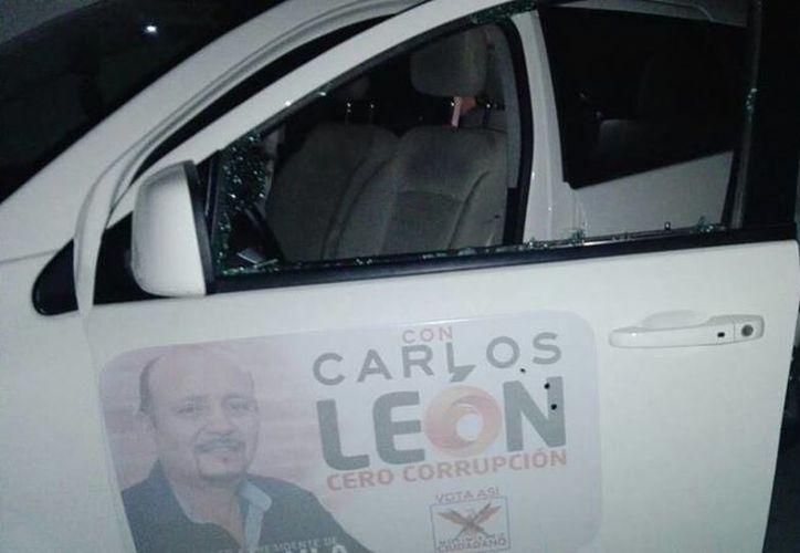 En la  puerta del vehículo (del lado de conductor)  impactaron tres tiros, y otros en las ventanas. (facebook.com/CarlosLeonMonterrubio)