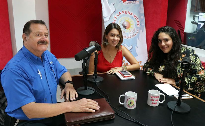 """Jorge Barrera, Nicole Lilliegren y Azereth Gutiérrez, durante la transmisión del programa """"Salvemos una Vida"""". (Daniel Sandoval/Novedades Yucatán)"""