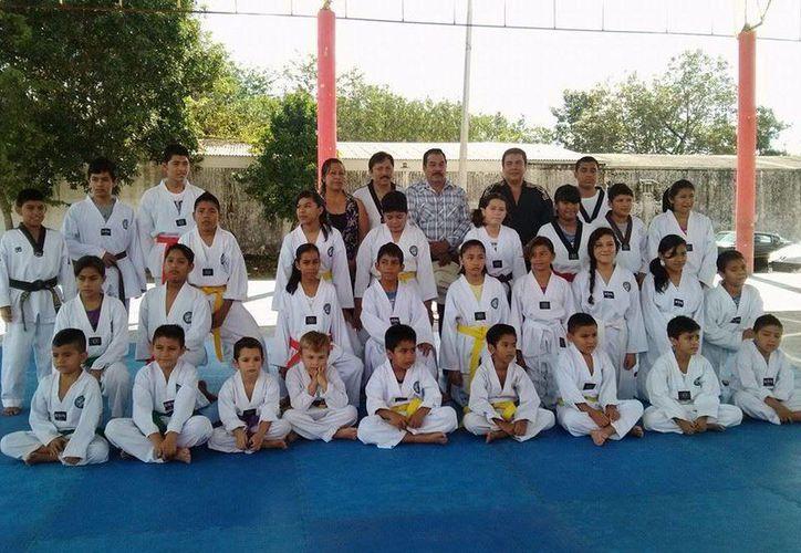 Cuarenta niños y jóvenes taekwondoínes, aprobaron su examen de grados. (Redacción/SIPSE)
