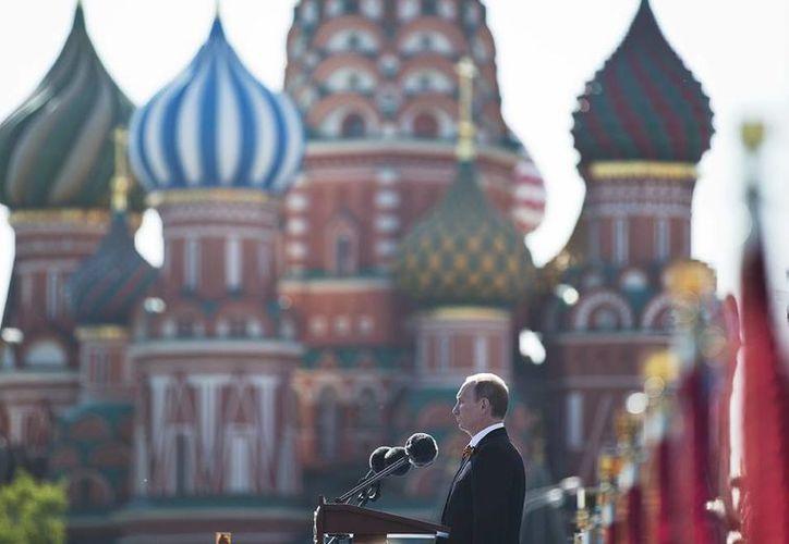 Presidente ruso Vladimir Putin habla durante el desfile del Día de la Victoria, que conmemora la derrota de la Alemania nazi en 1945. (Agencias)