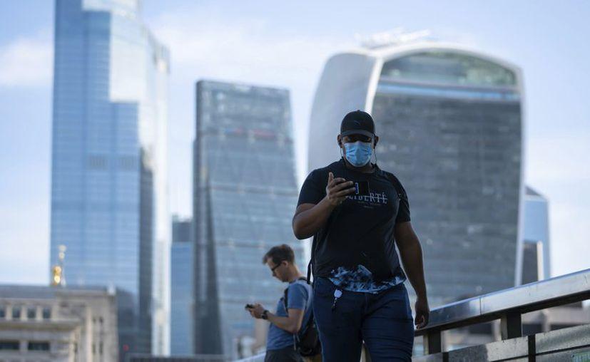 Gente caminando por el Puente de Londres tras la introducción de medidas para sacar al país de la cuarentena durante la pandemia del coronavirus- (Foto: AP).