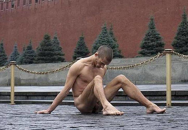 Luego de su protesta, el pintor ruso fue trasladado a un hospital. (abc.es)