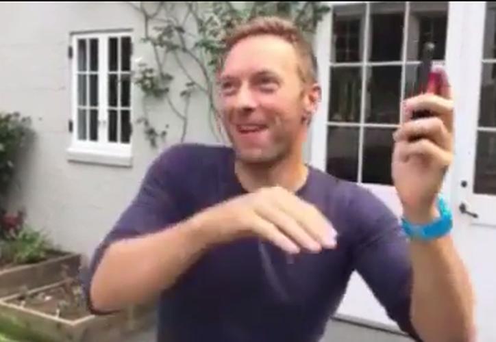 """Chris Martin, vocalista de Coldplay, compartió un video en el que aparece cantando y bailando al ritmo de """"Me Enamoré"""". (Captura instagram)."""