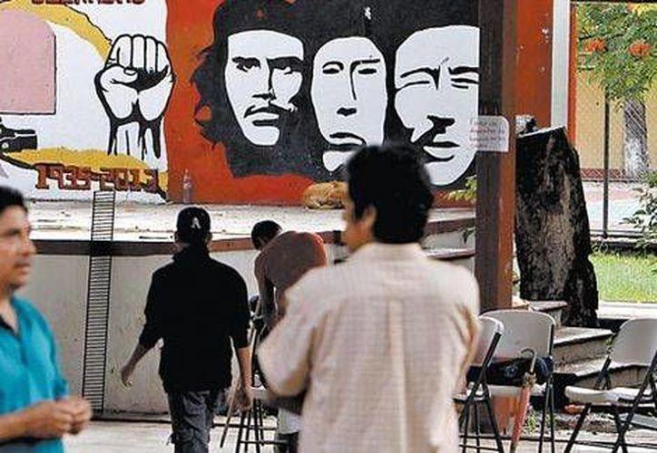 """Los rostros de Che Guevara, Engels y Lenin """"vigilan el sitio"""". (Héctor Téllez/Milenio)"""