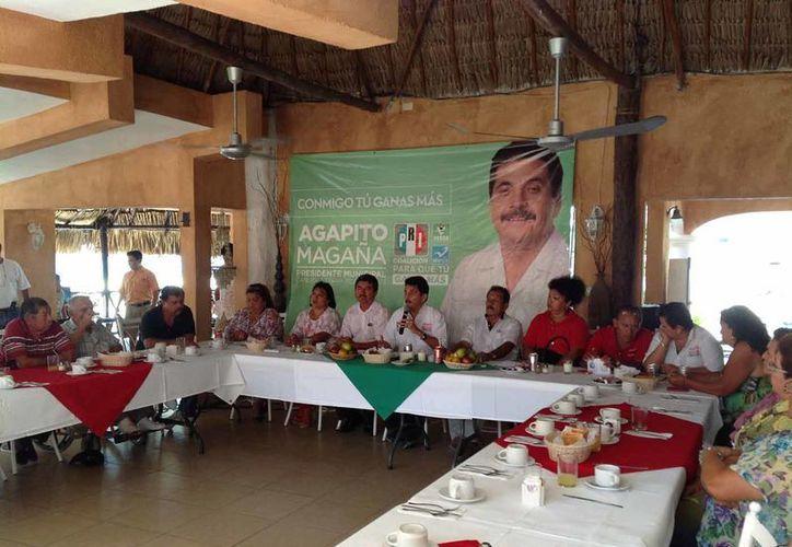 En sus actividades proselitistas, el candidato del PRI se reunió con maestros jubilados. (Lanrry Parra/SIPSE)