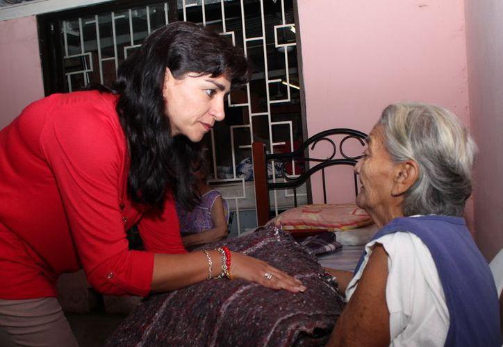 Sarita Blancarte entregó los cobertores en la casa 'Descanso de los abuelos'. ( SIPSE)